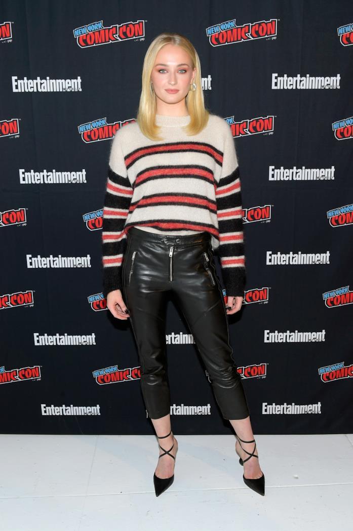 Sophie Turner sceglie pullover, pantaloni di pelle e tacchi