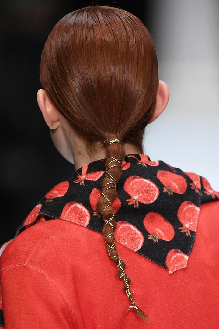Acconciatura per capelli medi con treccia