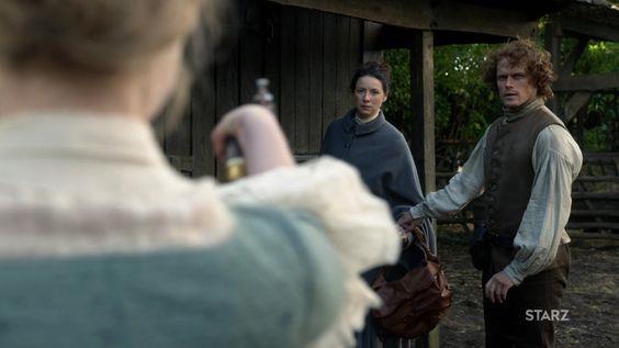 Laoghaire punta una pistola contro Claire e Jamie si mette in mezzo