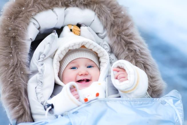Un bambino ben coperto, pronto per affrontare il freddo