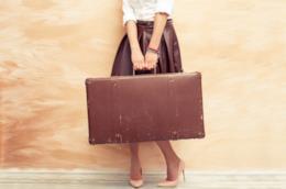 Una donna con la valigia