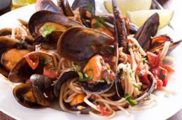 Spaghetti con cozze, rucola, prezzemolo, pomodorini e peperoncino