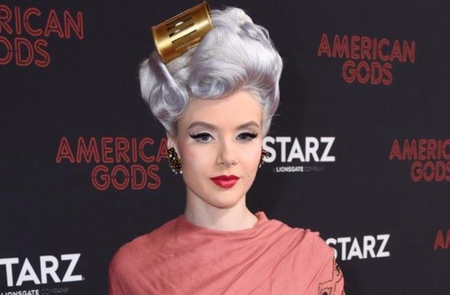Attrice con capelli grigio-lavanda