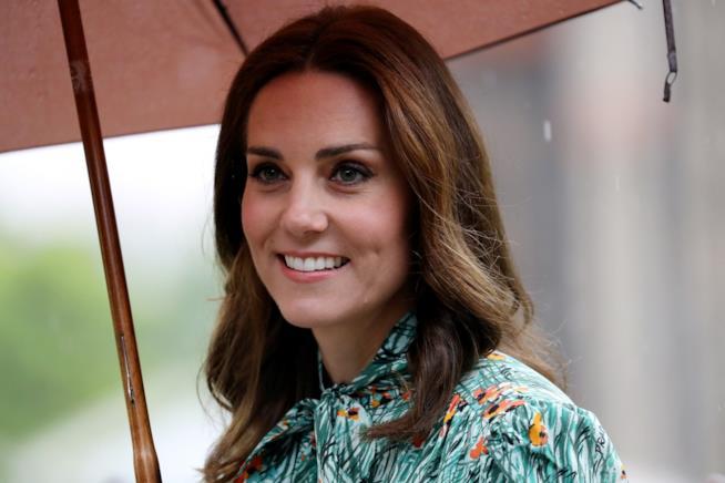 Kate Middleton sotto un ombrello