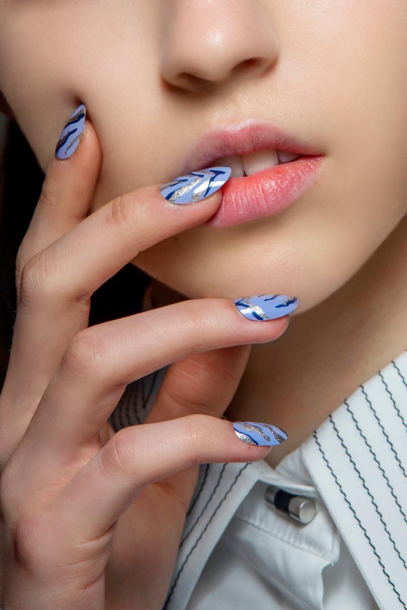 Unghie azzurre con disegni blu e argento
