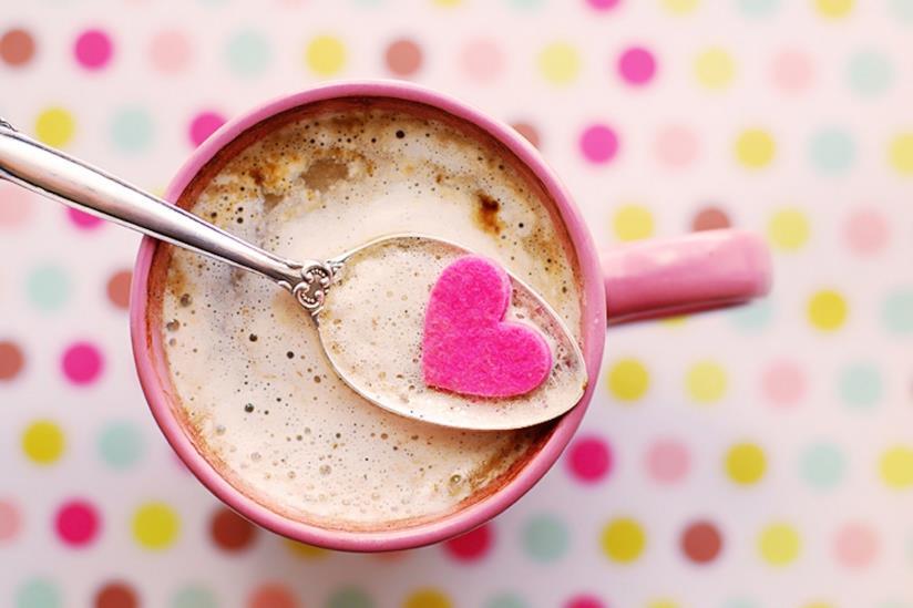 Cappuccino in una tazza rosa