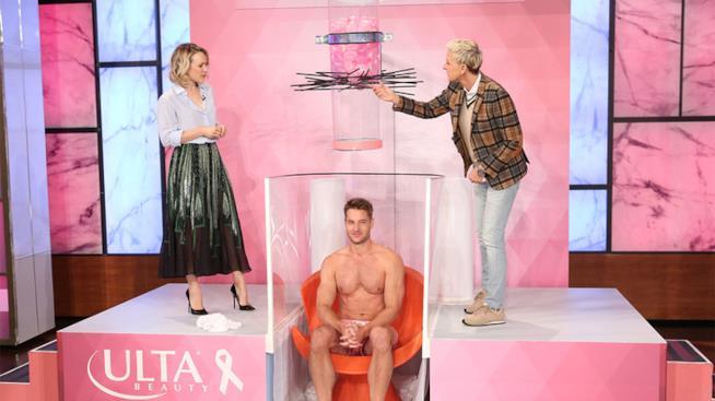 L'attore Justin Hartley nudo nello show di Ellen DeGeneres