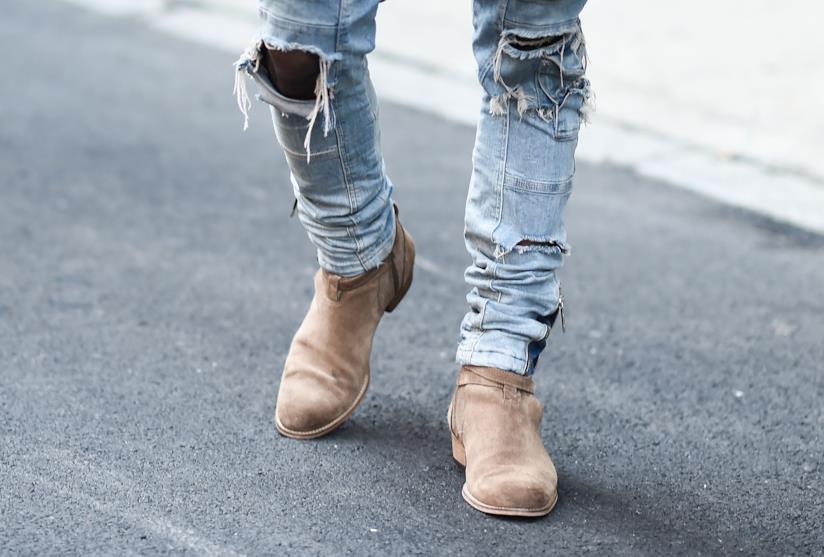 A che tipo di uomo stanno bene i jeans strappati neri?