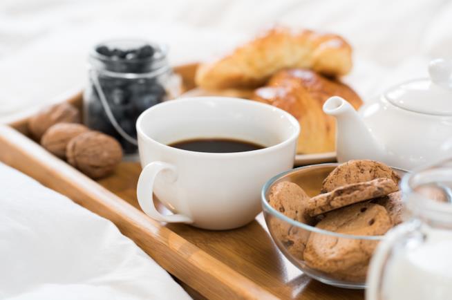 Prima colazione con caffè servita su un vassoio