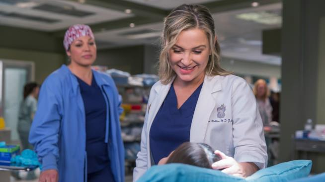 Jessica Capshaw e Sara Ramirez in una scena di Grey's Anatomy 12
