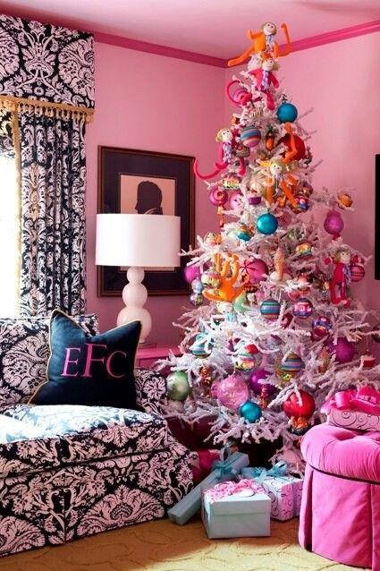 Albero di Natale eccentrico e colorato