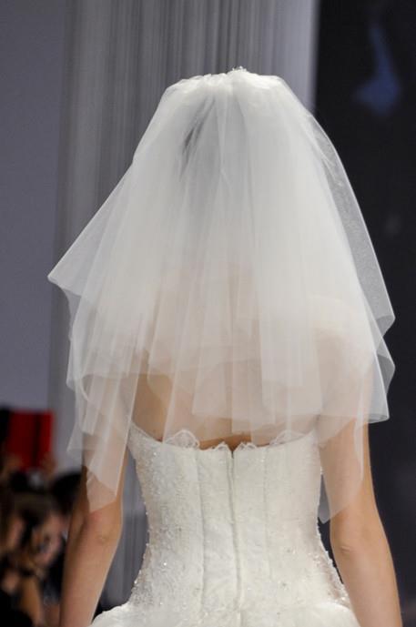 Ragazza con velo da sposa