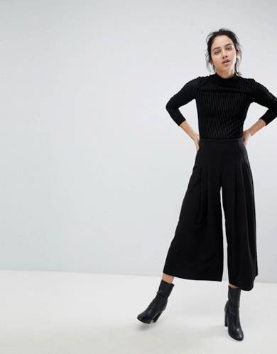 Pantaloni con fondo ampio e pinces anteriori