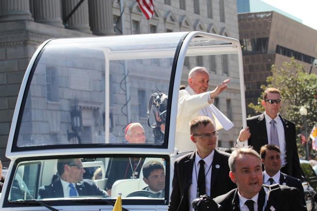 Papa Francesco saluta le persone