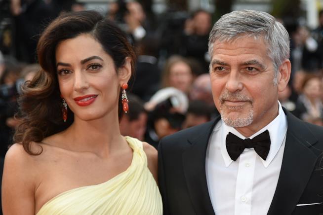 Un intenso primo piano di Amal e George Clooney