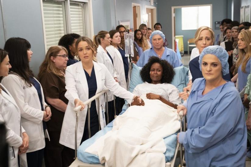 Le donne del Seattle Grey Sloan supportano la vittima di violenza nell'episodio 15x19