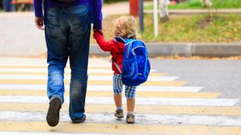 Bambina piccola va a scuola