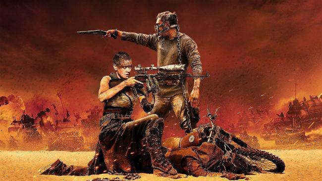 Charlize Theron e Tom Hardy in una scena di Mad Max: Fury Road
