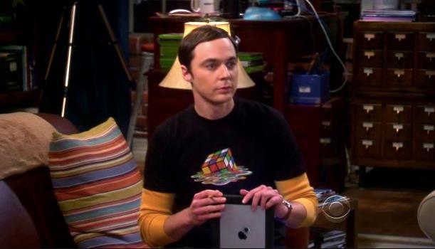 Sheldon Cooper in un episodio che lo mostra con la t-shirt col cubo di Rubik