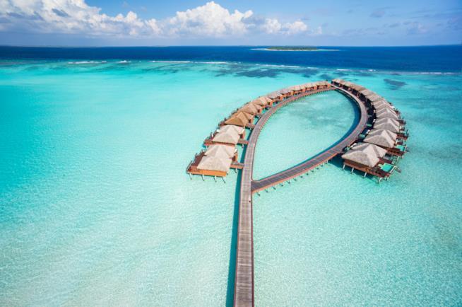 Fise di villette sull'acqua in un atollo delle Maldive