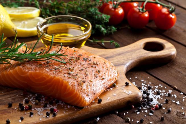 Salmone crudo su un tagliere
