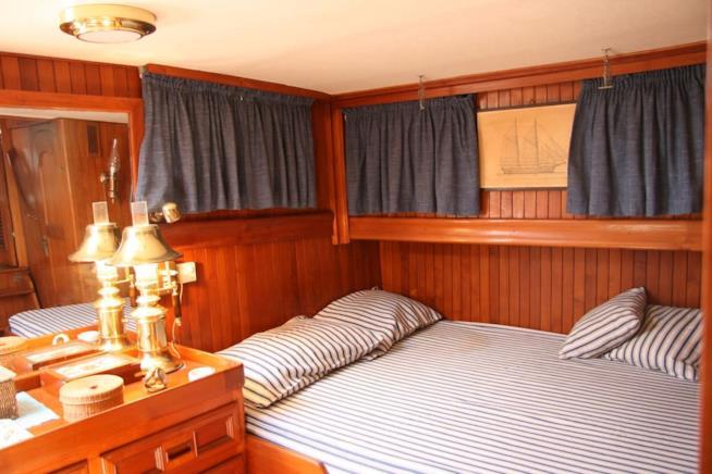 La camera da letto del Tai Pan barca d'epoca ormeggiata a Porto Ferraio.