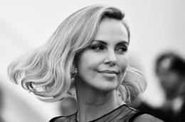 Charlize Theron sorridente in bianco e nero