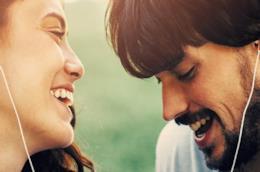 Una coppia che si sorride