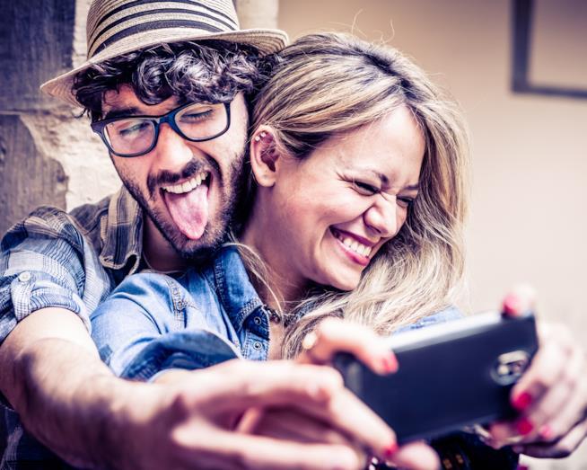 Una coppia si scatta un selfie divertente