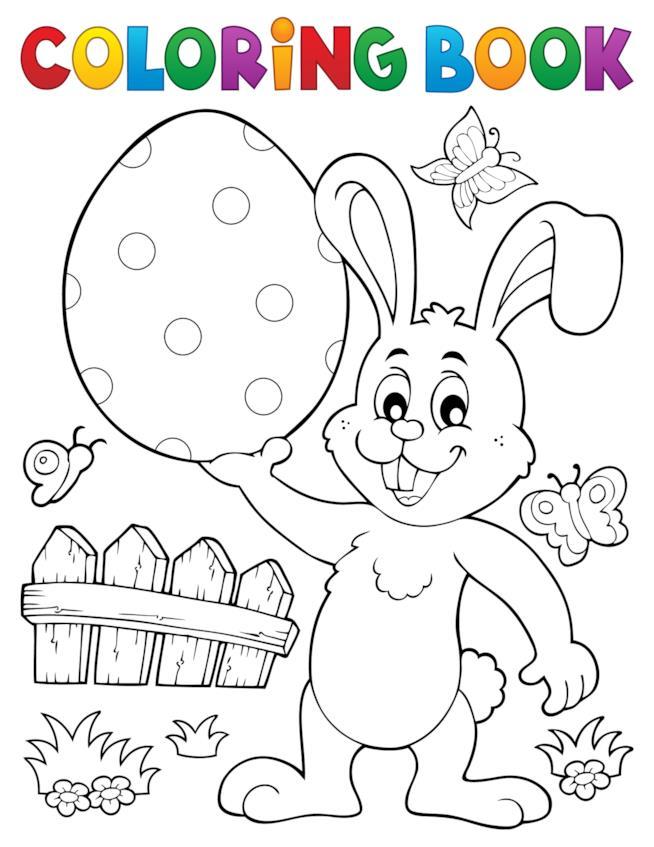 Coniglio tiene in mano un uovo di Pasqua