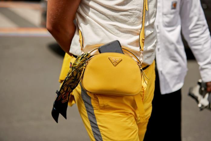 Outfit composto da mini bag gialla dallo Street Style di Parigi 2019