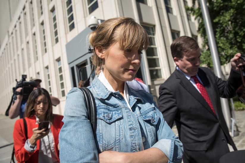 L'attrice Allison Mack all'ingresso del tribunale