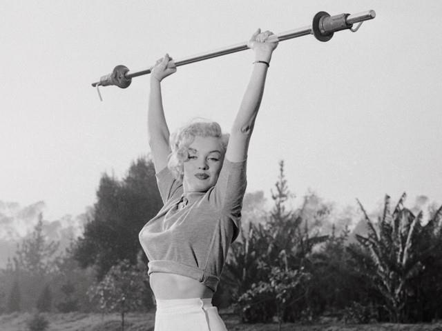 Marilyn Monroe durante la sua fitness routine