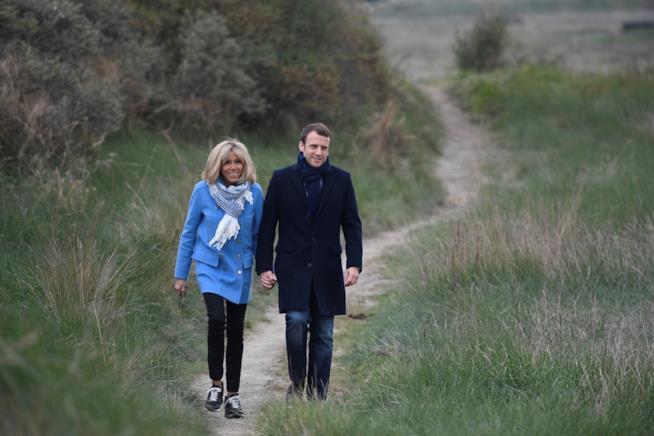 Il neo presidente francese e sua moglie passeggiano in un parco