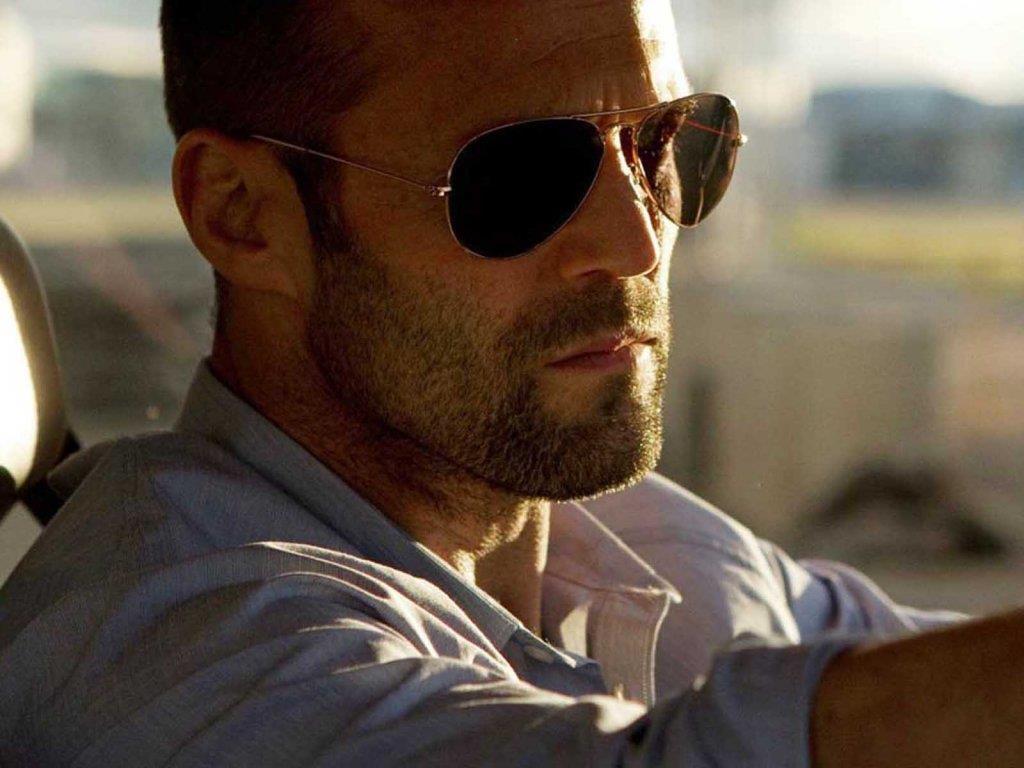 L'attore con indosso gli occhiali da sole