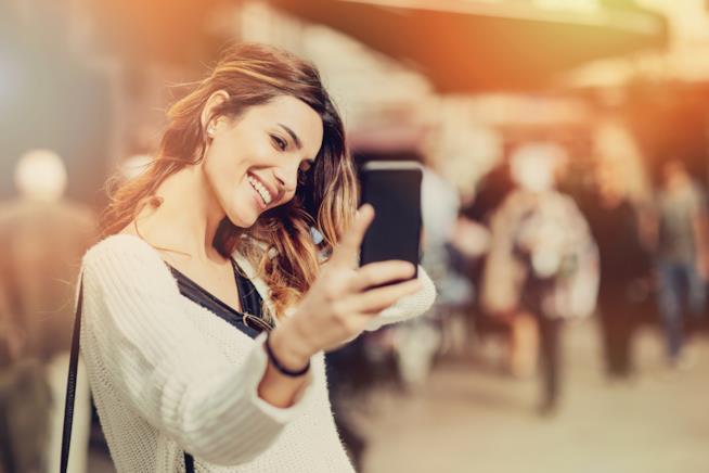 La fanatica dei social alle prese con il selfie perfetto