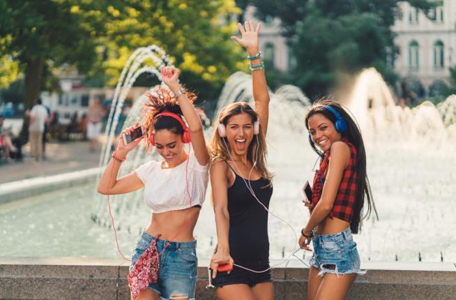Gruppo di ragazze che sorride insieme