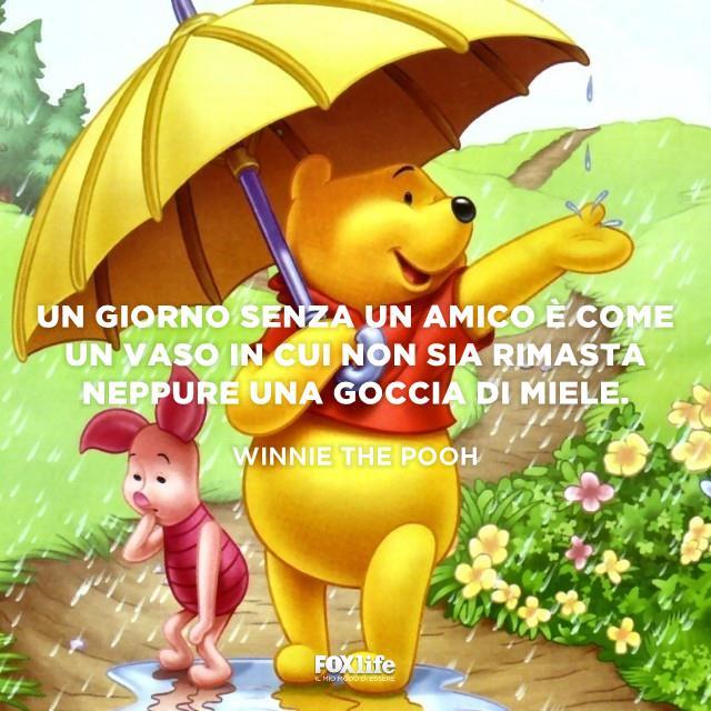 Winnie The Pooh sotto un ombrello