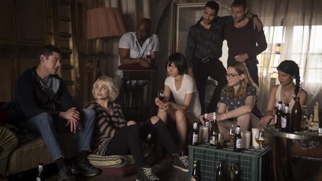 Il cast di Sense8 seduti insieme a bere