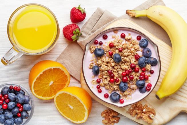 Frutta, noci e ciotola con yogurt