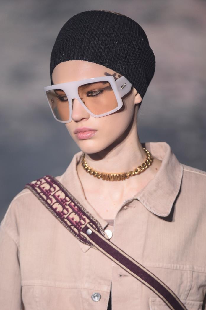 Modella che indossa occhiali 2019 di Dior