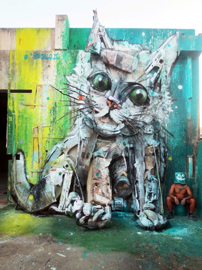 Bordalo II con la sua creatura felina