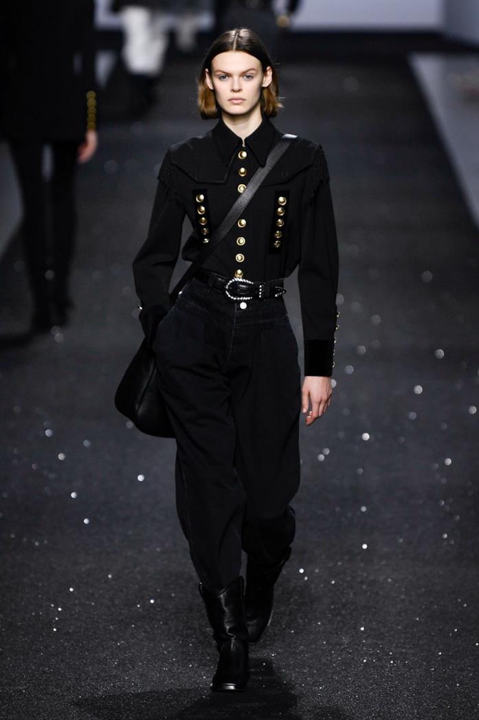 Un outfit total black della sfilata Alberta Ferretti
