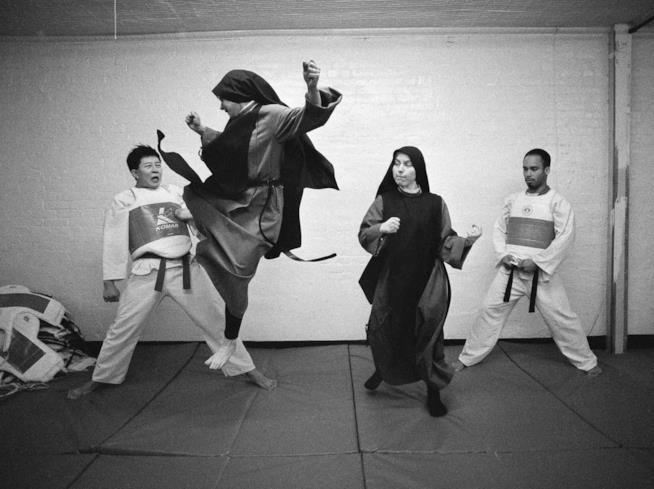 Due suore praticano Tae Kwon Do