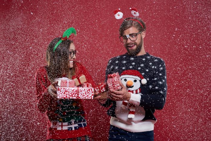 Una serata di Natale con maglioni e cerchietti a tema tra due amici