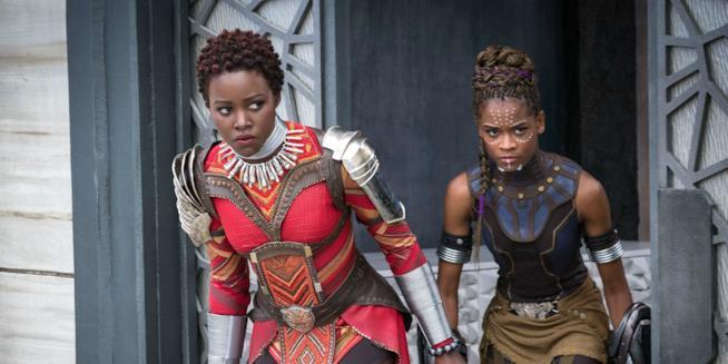 Una scena di Black Panther con Lupita Nyong'O e Letitia Wright