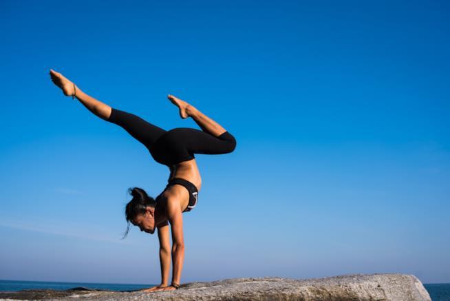 Una donna si tiene in equilibrio sulle braccia