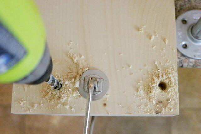 Dettaglio del trapano che fora le tavole di legno