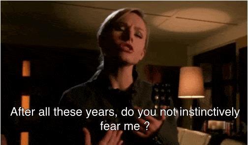 Veronica Mars che parla in una scena della serie