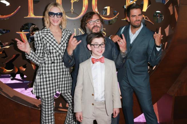Il regista Eli Roth con il cast di Il mistero della casa del tempo scherzano con i fan